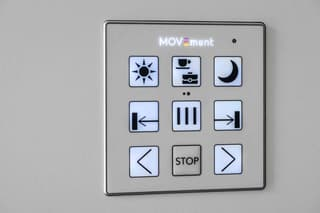 """READY TO MOVE ? Les appartements """"MOVEment"""" sont semi-meublés et convainquent par un concept d'aménagement aussi intelligent que surprenant. Grâce à des modules coulissants, vous pouvez créer différents espaces de vie au gré de vos humeurs et de vos envies sur simple pression d'un bouton. (3)"""