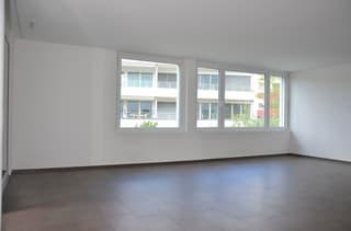 helles, grosses Wohnzimmer mit Plattenboden