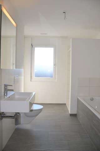 modernes Bad/Dusche/WC mit Fenster