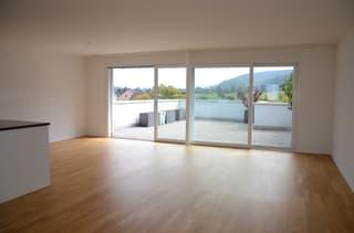 helles, grosses Wohnzimmer mit Parkettboden