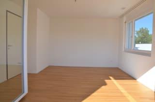 helles, grosses Zimmer mit Parkettboden