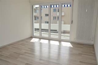 helles Wohnzimmer mit Laminat