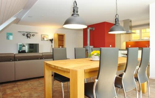 Blick vom Essbereich hin zu Wohnbereich und Küche