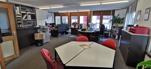 Locaux commerciaux divisible (bureau et atelier) dans zone industrielle avec 6 places et garage individuel