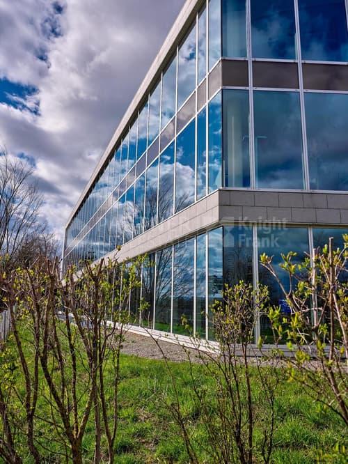 Surface entièrement équipée dans un immeuble moderne & visible