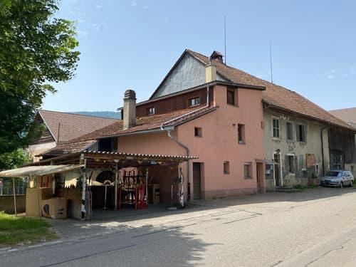 Maison villageoise comprenant plusieurs appartements.
