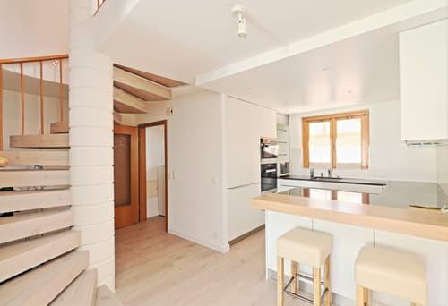 Spacieux, avec entrée indépendante : appartement 4 pièces + cuisine, balcon et cave
