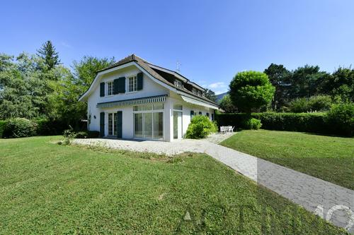 Dans un cadre idyllique, très belle maison genevoise