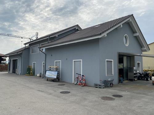 Halle artisanale pouvant convenir à tout type de métiers, transversale avec des ouvertures très adaptées à la manutention.