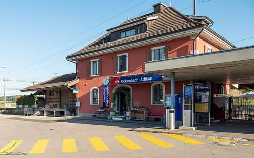 Parkplatz direkt beim Rickenbach-Attikon