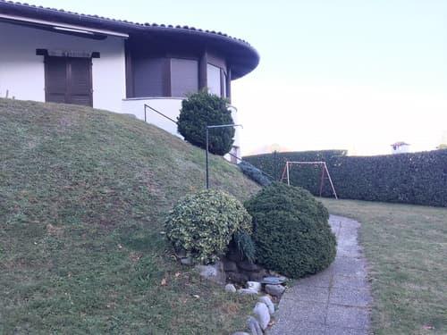Villa con terreno edificabile in posizione privilegiata