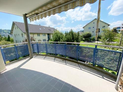 Gedeckter Balkon mit Sonnenstore