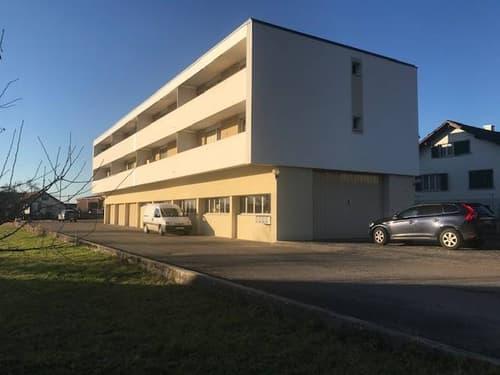 Vue de l'immeuble et des garages