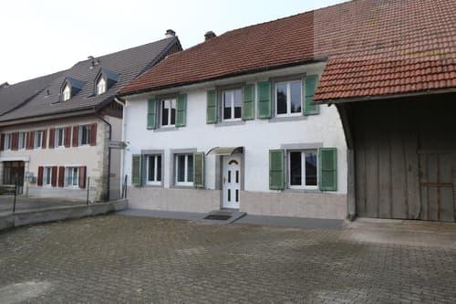 Grande bâtisse rénovée au milieu du village dans un quartier calme.