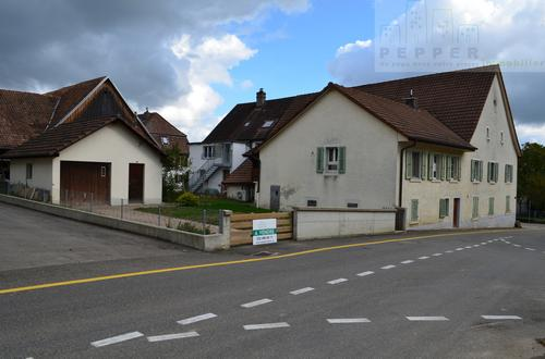 Maison contigüe avec fonction d'habitat et de commerce.