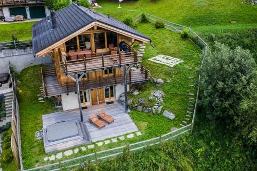 Exceptional chalet with hot tub located near to the Medran ski lift.