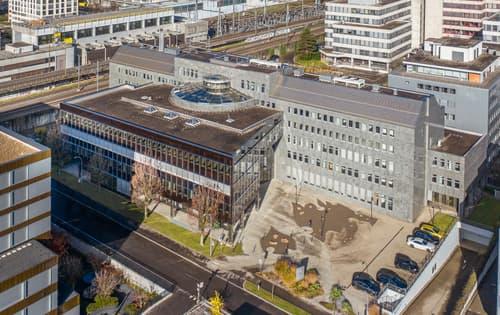 200 Parkplätze und ausgebaute Büroflächen