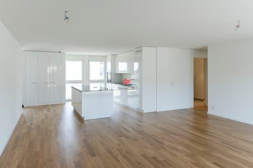 Heller Wohn- und Essbereich mit bodenebenen Fensterfronten