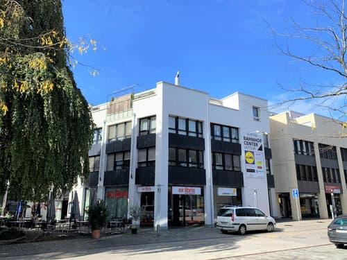 Die Ladenfläche von rund 97m2 befindet sich an bester Lage direkt beim Zugang zur Mall und vis-à-vis vom Bahnhof Lyss.