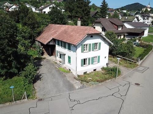 Total sanierungsbedürftiges Bauernhaus mit Scheune und Umschwung