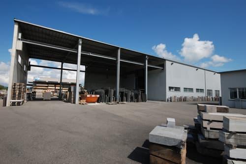 A vendre à Morat halle industrielle avec atelier, couvert, bureaux et appartement