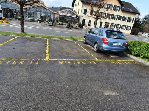 offener PKW-Parkplatz am Bahnhof Kradolf