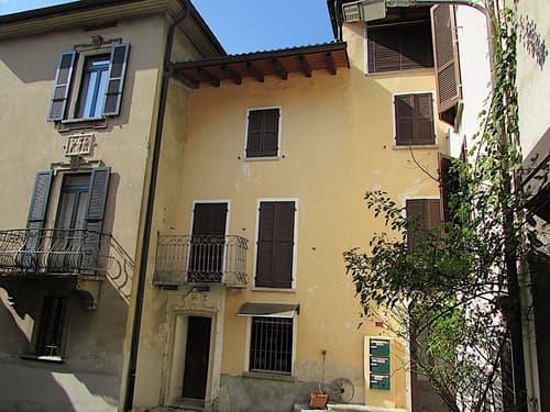 Casa di 3 appartamenti nel nucleo di Melano