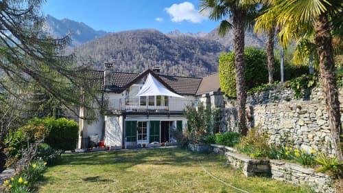 Casa bifamiliare con giardino, terrazze, cort ile e div. posteggi