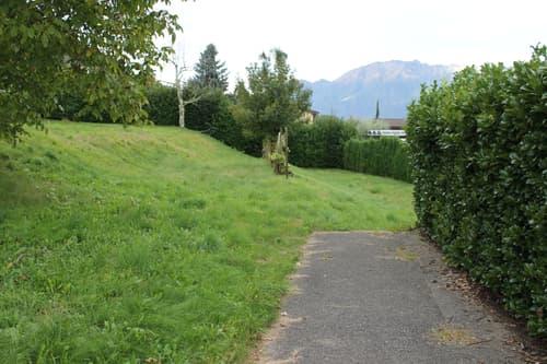 Grande terreno edificabile con piccola casa annessa e vista lago