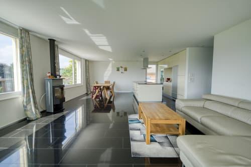 Stattliches Wohn- und Esszimmer mit offener Küche