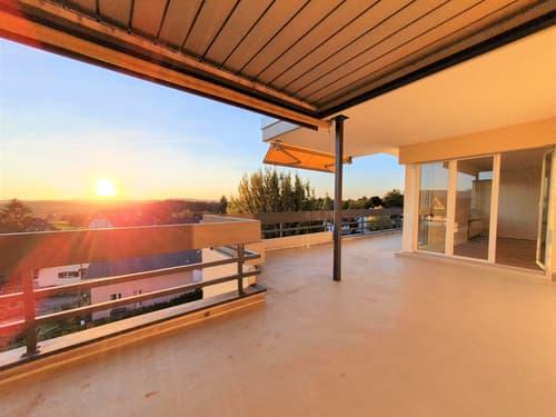 Dachterrasse mit schönem Sonnenuntergang