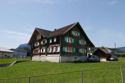geschütztes Zweifamilienhaus mit Baulandreserve