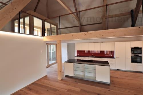 Küche und Blick auf die helle Galerie