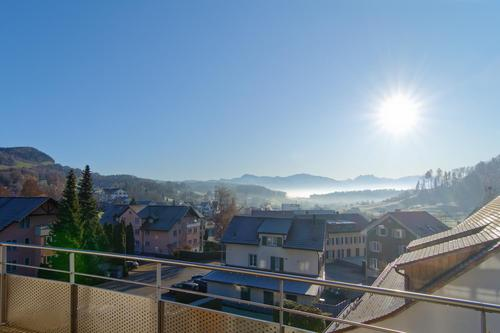 Bergpanorama vom sonnigen Balkon