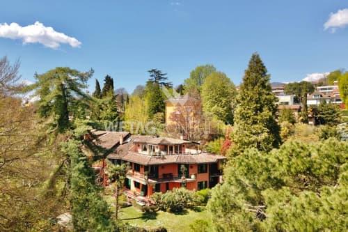 Duplex-Penthouse-Wohnung mitten im Grünen mit teilweisem Seeblick in Sorengo zu verkaufen