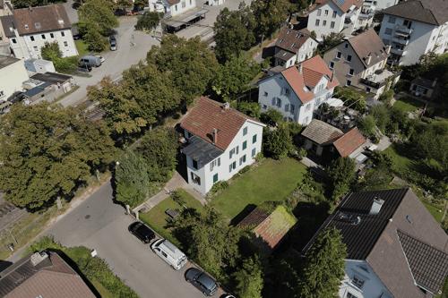 Zweifamilienhaus mit Nebengebäude und grosszügigem Umschwung in beliebtem Wohnquartier