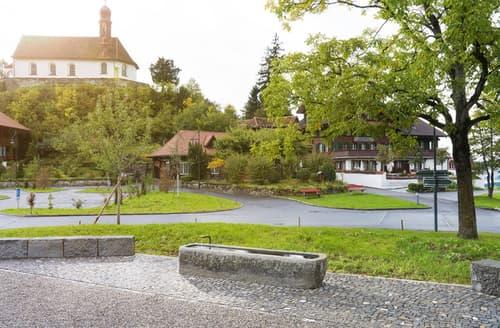 Dorfzentrum mit Brunnen und Natur-Pur