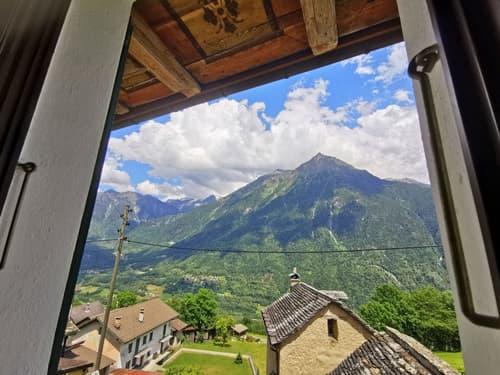 Vista della splendida valle dalle camera con sottogronda decorato