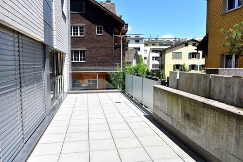 Terrasse auf der Vorder- und Rückseite des Gebäudes