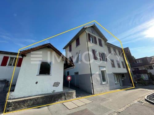 2-Familienhaus mit Nebengebäude (Potential für Parkplatz)