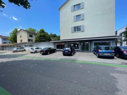 Grosser Ladenraum mit Parkplätze