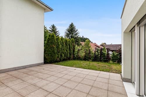 Gartensitzplatz mit Rasenfläche
