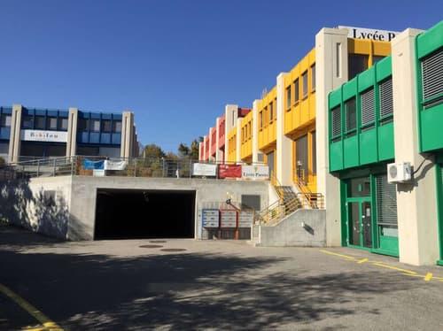 Bureaux lumineux situés aux abords de Genève (1)