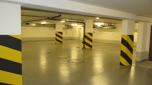 Grosszügiger Parkplatz in Einstellhalle