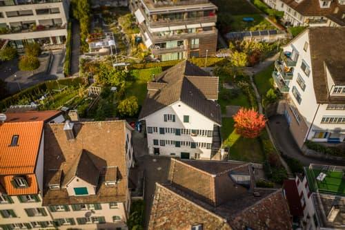 Mehrfamilienhaus an zentraler Lage in zweiter Reihe zum Zürichsee mit partieller Seesicht