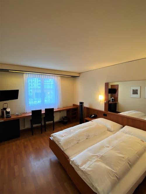 Modernes möbiliertes Zimmer im Hotel Arte Spreitenbach - zentrale und ruhige Lage