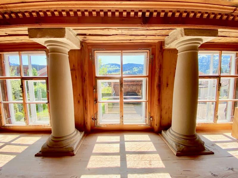 kunstvolle Elemente im Wohnzimmer mit Kamin