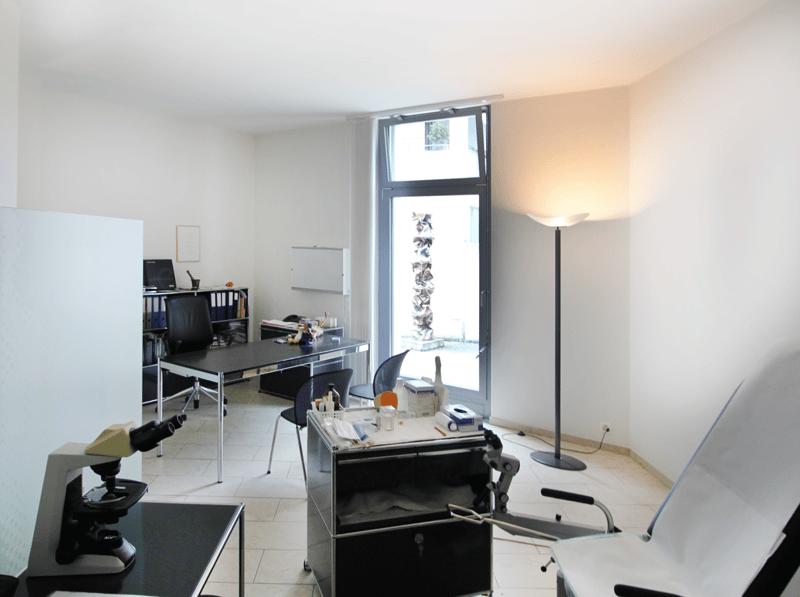 Behandlungszimmer mit Fenster zum Bachgässchen (gelbe Fläche im Plan)