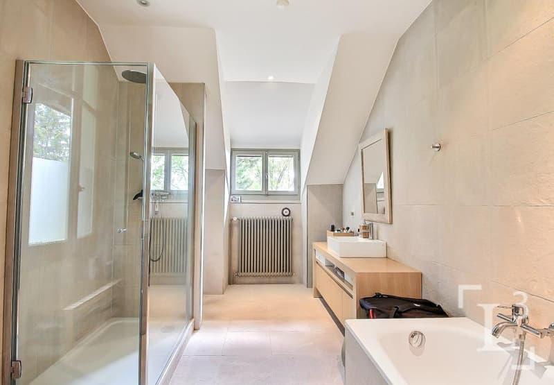Salle de bain avec baignoire et douche (Appart. 2ème étage)