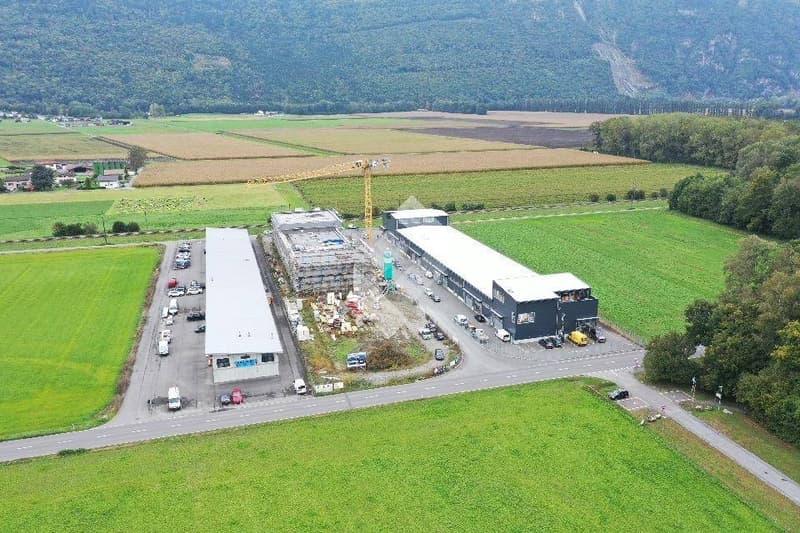 Box industriel de 155.50 m2 en béton armé avec portes de garages ! (1)
